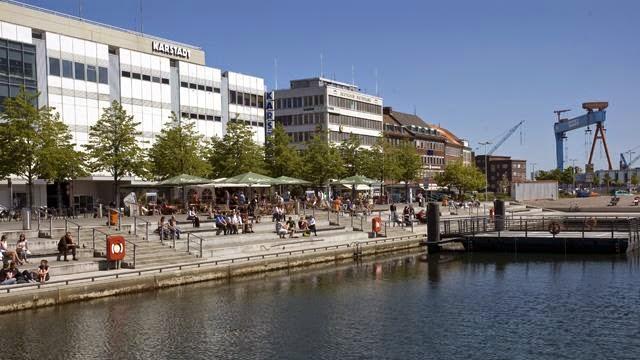 """<img src=""""a2fea-karstadt_web1a.jpg"""" alt=""""Karstadt Kiel Germany"""" />"""