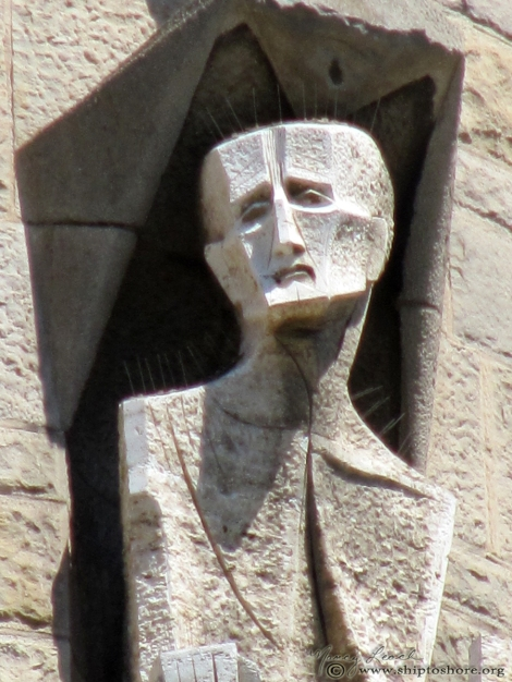 La-Sagrada-Familia-statue-Barcelona